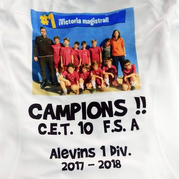 camiseta deportiva estampada con la fotografía de un quipo de futbol